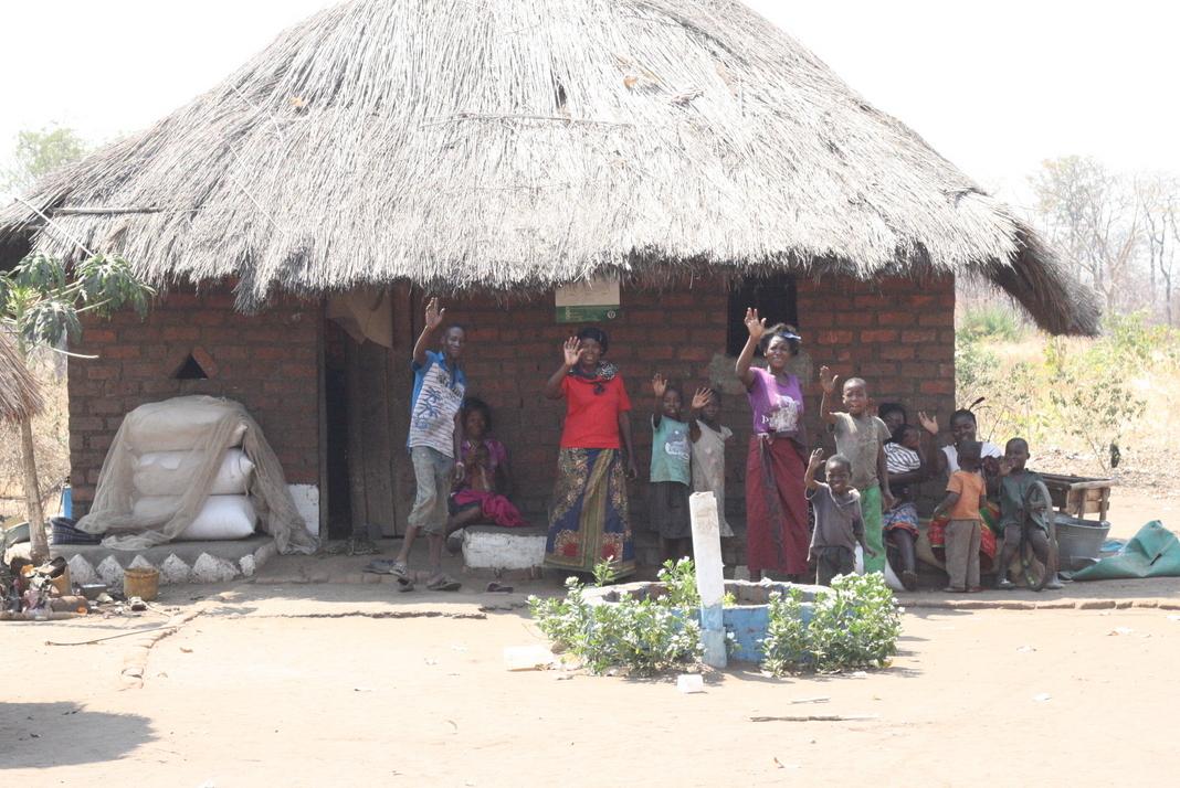 Sara en haar familie zwaait ons uit na ons bezoek aan haar boerderij. Zij mobiliseert de markt voor 25 boeren, die pinda's verbouwen.
