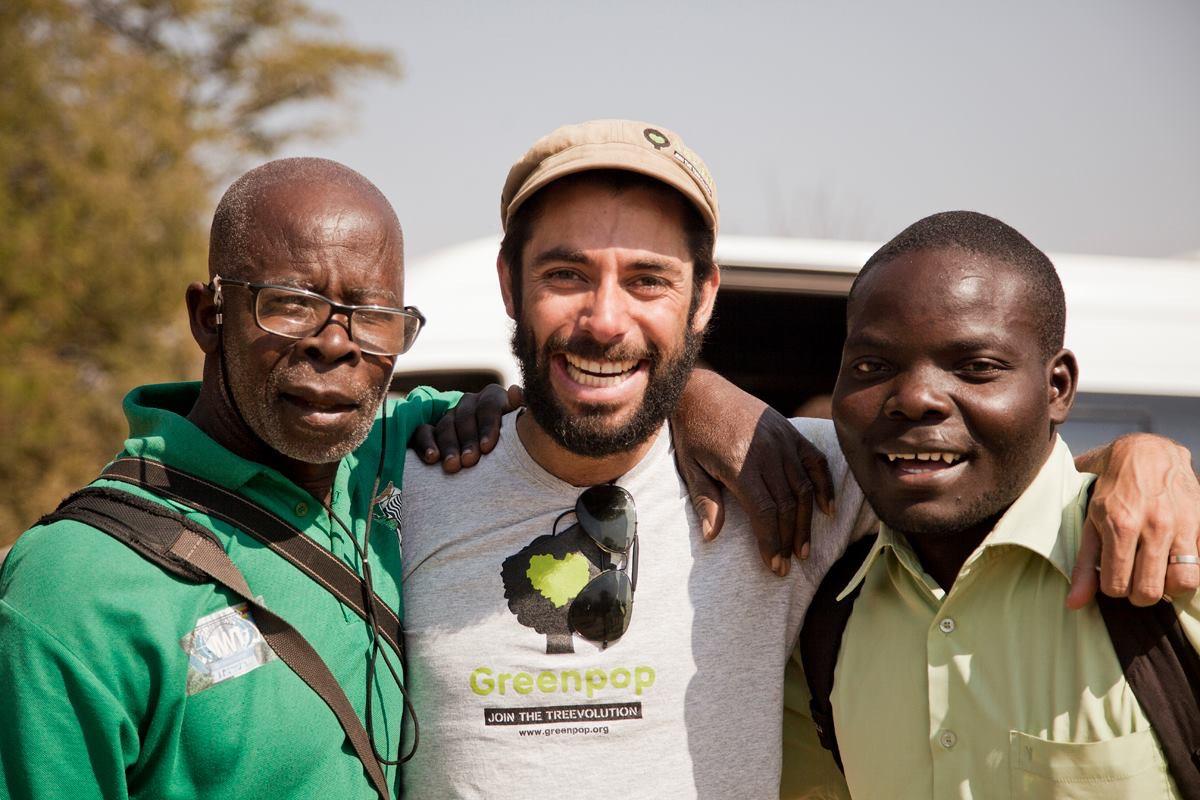 Mischa (midden) met Uncle Ben (links) en David, een vrijwilliger uit Zimbabwe (foto: Marike Herselman)