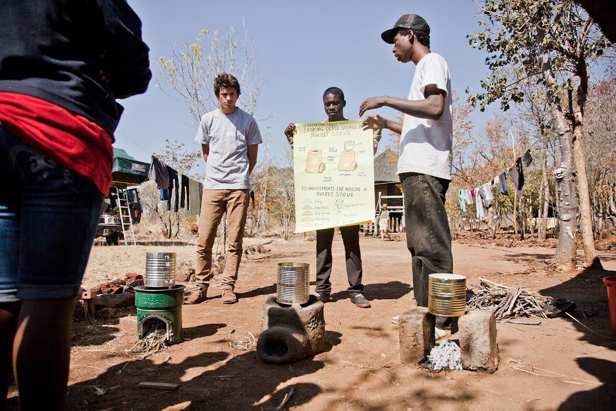 Locals krijgen uitleg over de rocket stove (foto: Marike Herselman)