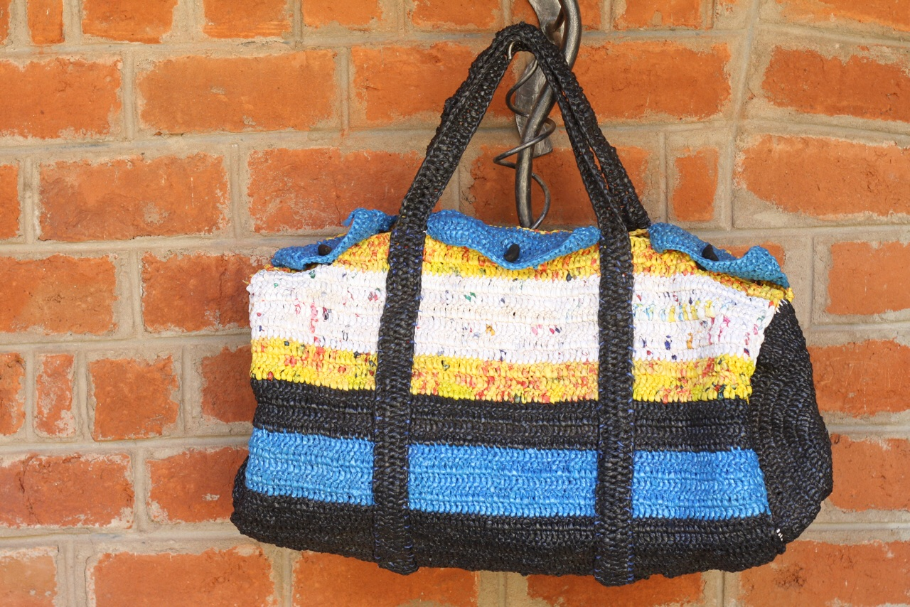 Foto bij Upcycling | beautiful bag made from used shopping bags